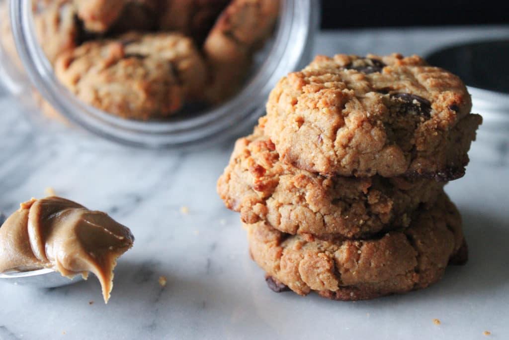 gluten free & refined sugar free peanut butter dark chocolate cookies