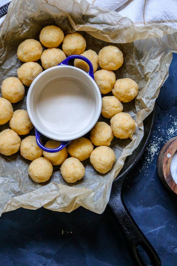 Pâte à biscuits Keto au cheddar roulée en petites boules avant la cuisson
