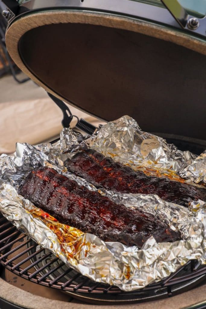 hot and fast ribs on the big green egg on indirect heat